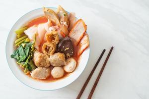 Nudeln mit Fleischbällchen in rosa Suppe oder Yen ta Four Nudeln nach asiatischer Art foto