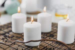 Zweig in der Nähe von brennenden Kerzen. hochwertiges schönes Fotokonzept foto