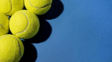 Draufsicht-Tennisbälle mit Kopienraum. hochwertiges schönes Fotokonzept foto