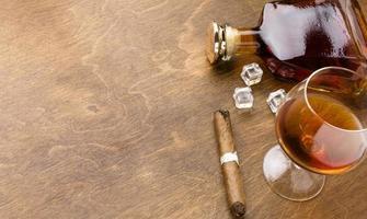 Cognac-Zigarre von oben mit Kopienraum. hochwertiges schönes Fotokonzept foto