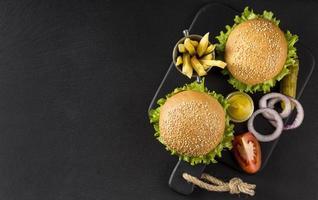 Ansicht von oben Burger Pommes mit Gurken kopieren. hochwertiges schönes Fotokonzept foto