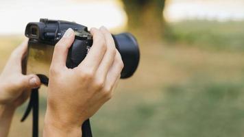 Frau, die Fotos mit Fotokamera macht. hochwertiges schönes Fotokonzept