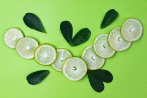 Zitronenscheiben mit grünen Blättern foto