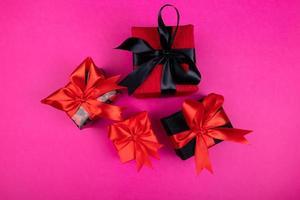 eine Reihe von Geschenken und Überraschungen in hellen, mit Bändern verzierten Schachteln foto