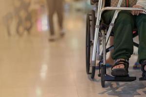 Vorderansicht der Frau im Rollstuhl während der Ausstellungshalle foto