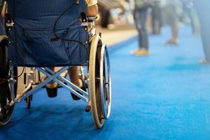 Rückansicht einer Frau im Rollstuhl während der Ausstellungshalle foto