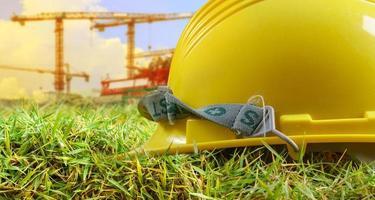 gelber Helm und auf der Baustelle foto