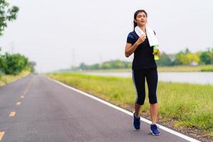 Sportmädchen, Frau, die auf der Straße läuft, gesundes Fitnessfrauentraining foto