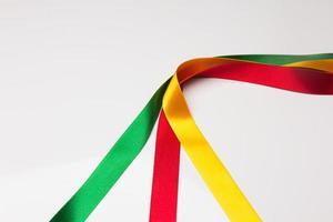 farbige Stoffe und Bänder, Grundfarben auf weißem Grund foto