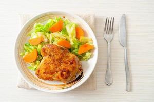 Teppanyaki-Teriyaki-Hähnchensteak mit Kohl und Karotten foto