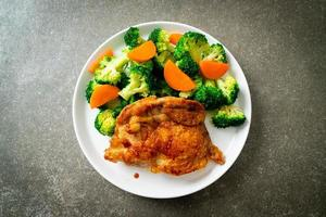 Teriyaki-Hähnchensteak mit Brokkoli und Karotte foto