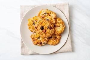 hausgemachte Kekse mit Cornflakes Rosinen und Mandeln foto