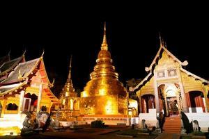 schöne architektur im wat phra singen waramahavihan tempel nachts in der provinz chiang mai, thailand foto