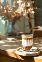 Doppelte schmutzige Kaffeetasse - Espresso-Kaffee mit Milch und Schokolade im Café-Café foto