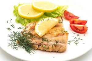 Gegrilltes Schnapper Fischsteak mit Gemüse auf weißem Hintergrund foto