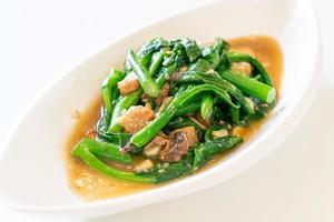 gebratener gesalzener Fisch mit chinesischem Grünkohl - asiatische Küche foto