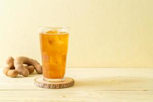 leckeres süßes Getränk Tamarindensaft und Eiswürfel foto