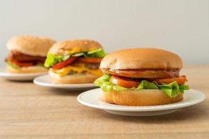 Chicken Burger mit Sauce auf weißem Teller foto