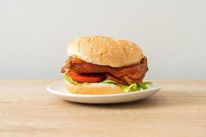 gegrillter Chicken Burger mit Sauce auf weißem Teller foto