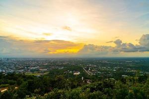 hat yai stadt mit dämmerungshimmel bei songkhla in thailand foto