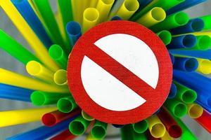 Europa verbietet Strohhalme und Plastikgeschirr wegen Mikroplastik foto