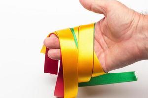 Hand mit farbigem Band foto