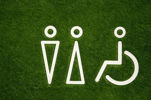 Toilettenschild für Männer und Frauen mit Behinderungen auf dem grünen Rasen foto