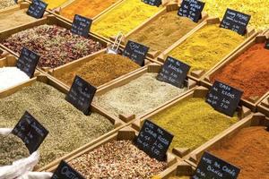 indische mehrfarbige Gewürze, die auf dem Markt verkauft werden foto