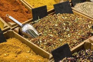 indische Gewürze für scharfes Curry foto