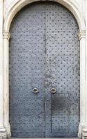 große Eingangstür eines alten Palastes von Genua, Italien foto