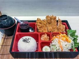 Tonkatsu Bento serviert mit japanischem Reis umwickelt foto