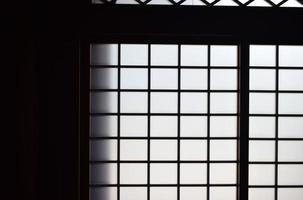 geschlossenes weißes und schwarzes Fenster foto