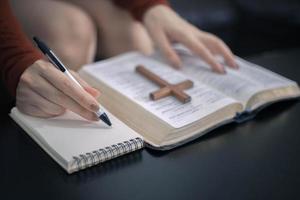 persönliches Bibelstudium mit Bibelkreuz am Morgen, Spiritualität und Religion, religiöse Konzepte foto