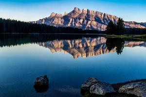 Sommerzeit am See von zwei Jacks. Banff-Nationalpark, Alberta, Kanada foto
