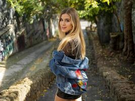 schöne Blondine mit wallendem Haar in einer Jeansjacke foto