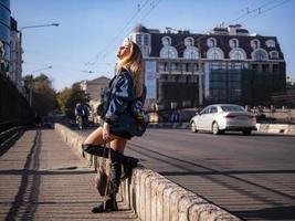 Teenager-Mädchen mit wallendem Haar in vollem Wachstum auf einer Stadtbrücke foto