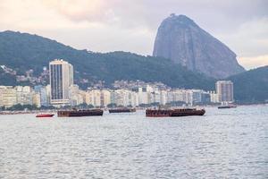 Fähren mit dem Feuerwerk des Silvesterabends in Copacabana, in Rio de Janeiro, Brasilien foto