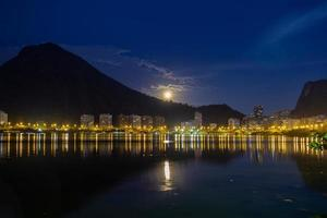 Vollmond über der Lagune Rodrigo de Freitas in Rio de Janeiro, Brasilien foto