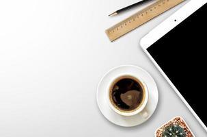 Arbeitsplatz mit leerem Bildschirm Smartphone foto