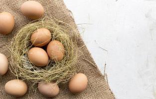 Eier auf Sackleinen mit Altholz foto