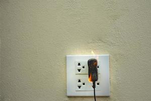 auf Feuer elektrische Kabelsteckdose foto