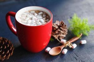 Glühende Kakaotasse und Geschenkbox am Weihnachtstag foto