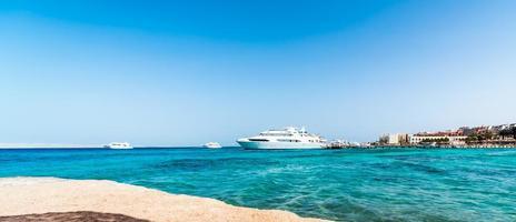 Panoramablick auf Schiffe im Roten Meer und ein Hotel am Ufer foto
