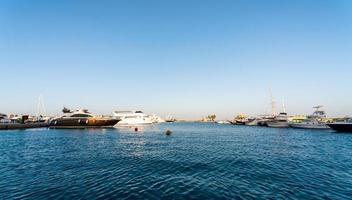 Uferstraße des Roten Meeres in Ägypten mit Schiffen Boote foto