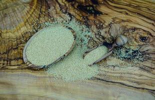 Amaranthsamen auf Olivenholz foto