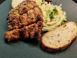 Schweinshaxe mit Sauerkraut und Brot foto