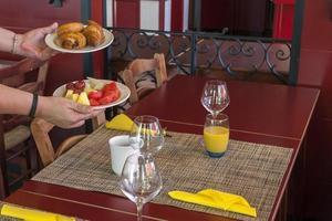 Frühstückstablett, in einer französischen Bar foto