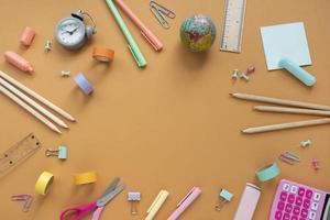 flache Kinderschreibtische Stillleben. Anordnung mit bunten Gegenständen foto