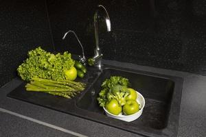 die Anordnung von gesunden Lebensmitteln im Kühlschrank foto