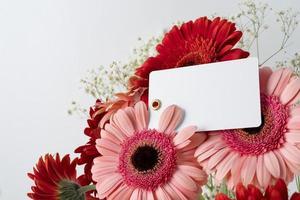 Draufsicht Blumenstrauß mit Geschenk foto